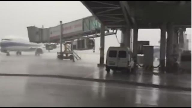 网曝广东揭阳机场客机遭雷击中